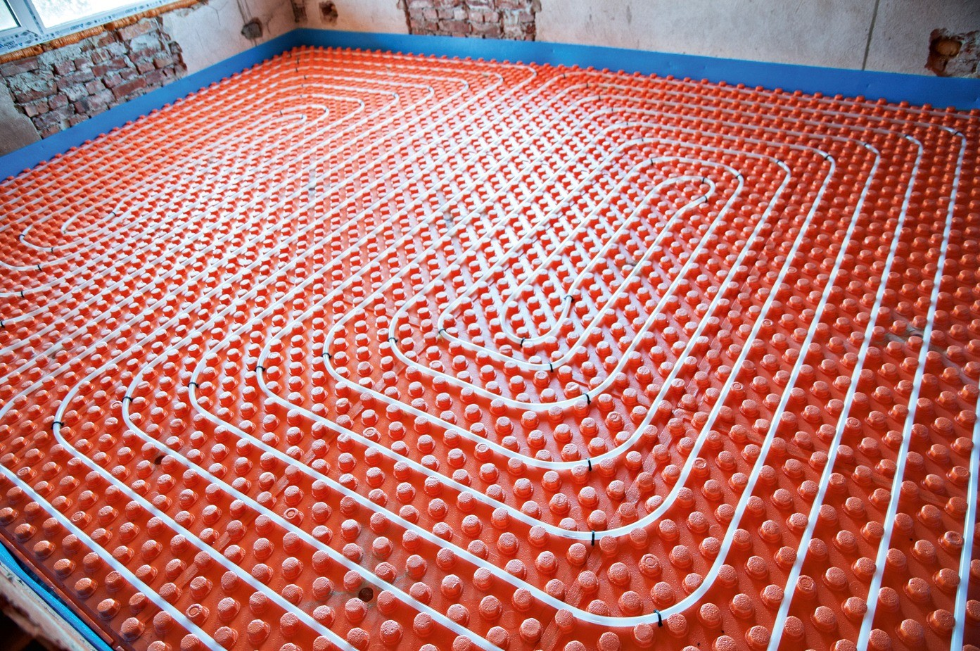 Крепление труб отопительного контура на бобышках монтажных матов отличается простотой