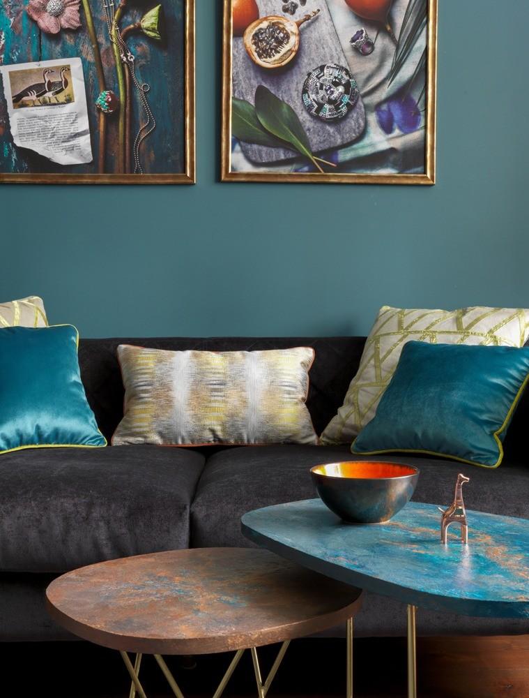 Размещая мягкую мебель, позаботьтесь, чтобы кресла и диваны находились на комфортном друг от друга расстоянии — не слишком близко и не слишком далеко. Так, чтобы всем было удобно общаться...