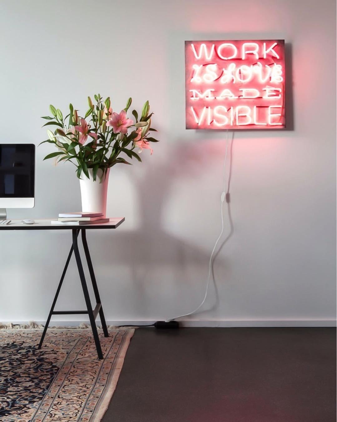 Можно использовать неоновые светильники для дополнительного освещения