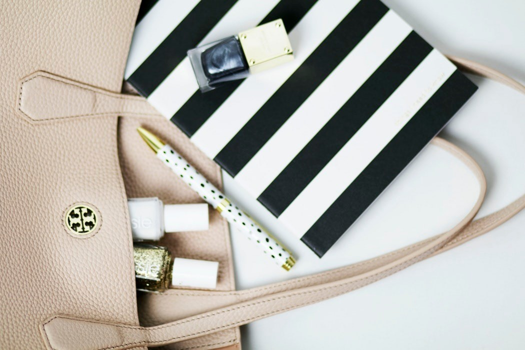 Как вывести пятна от ручек с сумок и одежды: 3 современных способа