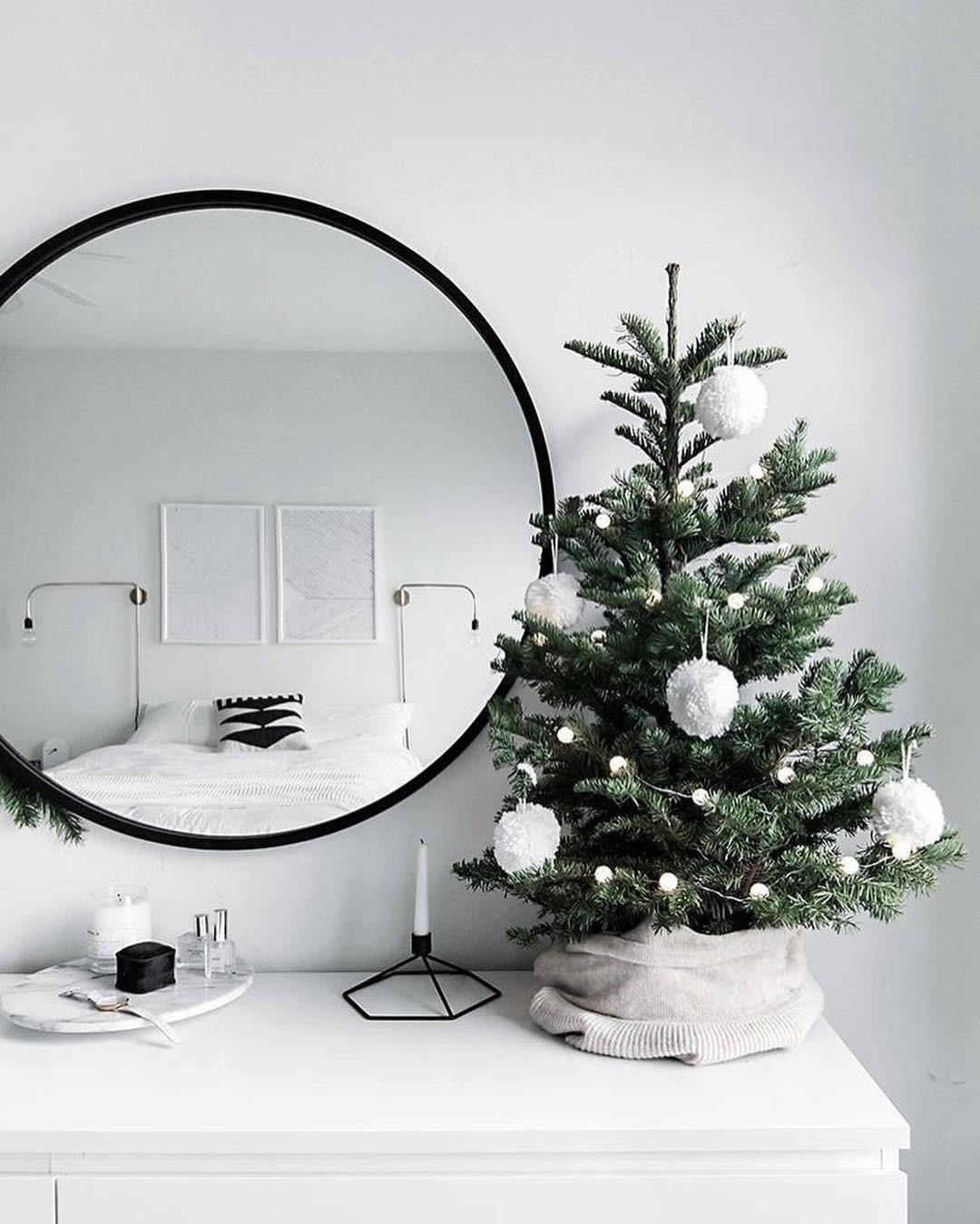 Еще один вариант — обернуть основание елки в ткань. Лен подойдет лучше всего