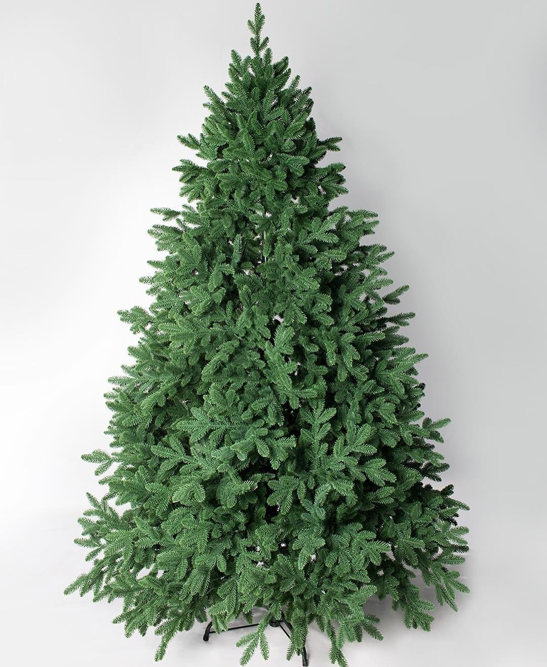 Сегодня искусственные елки выглядят не хуже настоящих. А аромат хвои можно добавить с помощью свечей