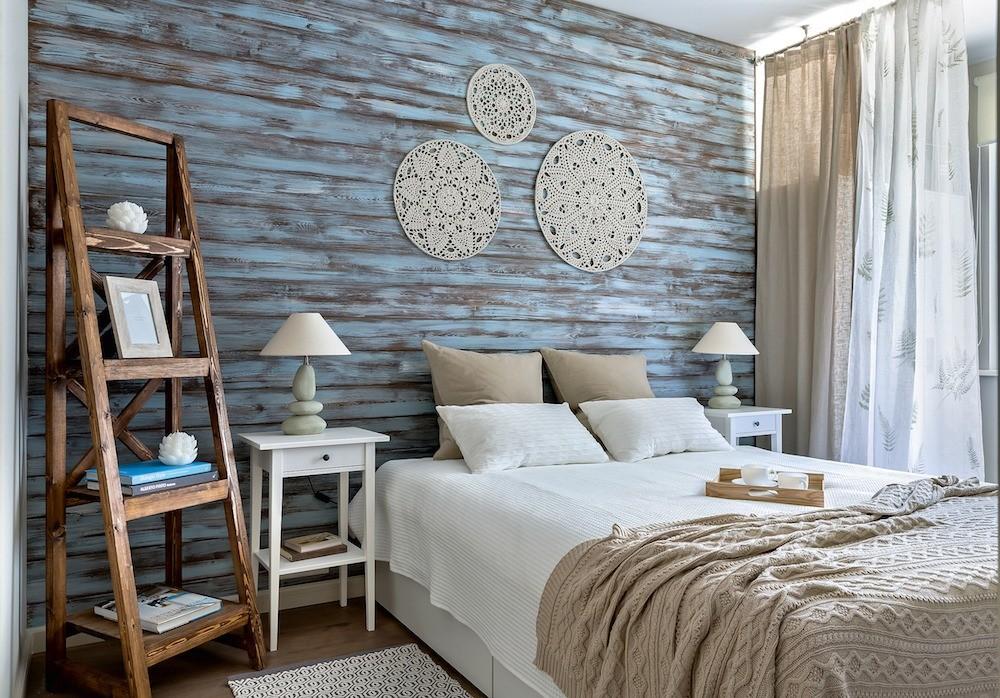 Красивое и недорогое решение: для украшения спальни на заказ мастерицей были связаны ажурные салфетки — накрахмалив, их прикрепили к стене над изголовьем