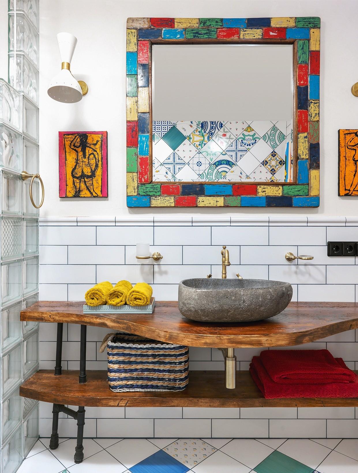 Яркая ванная с винтажными деталями