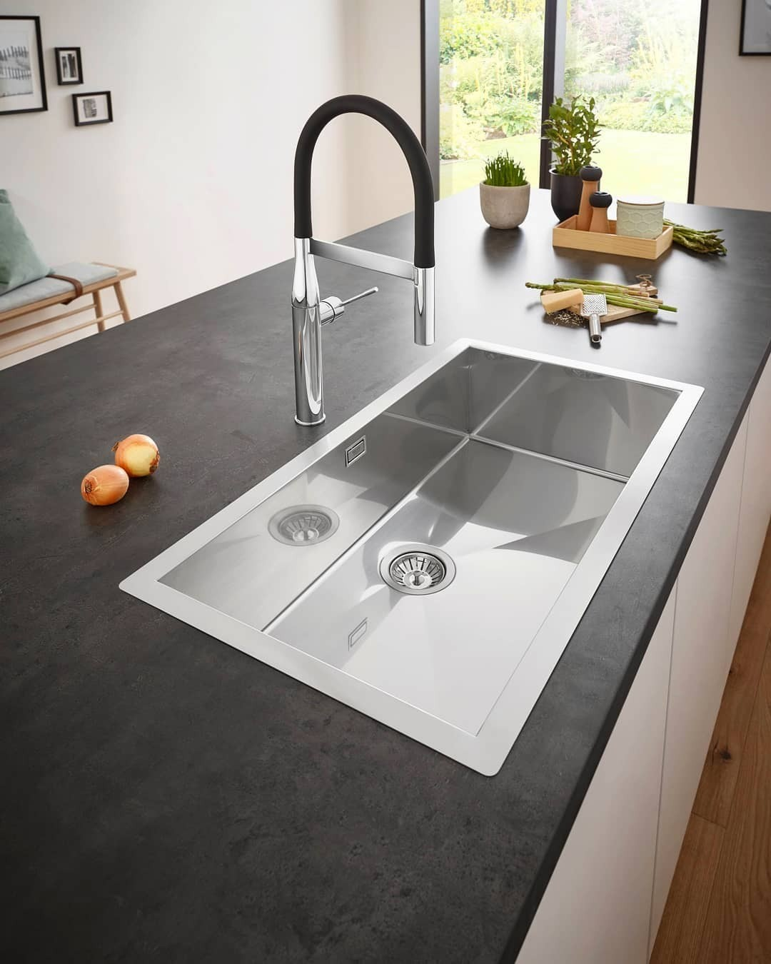 Какую мойку лучше выбрать для кухни: сравниваем материалы, форму и другие параметры