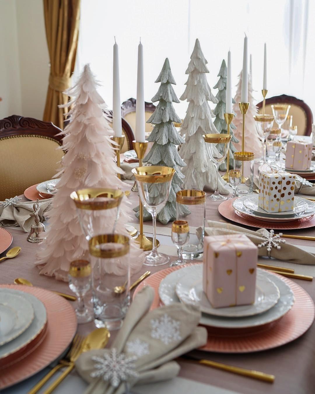 Необычные для традиционной новогодней атмосферы цвета, но уже знакомые нам по скандинавскому стилю: светло-розовый и салатовый. Идеальное решение для новогоднего завтрака.