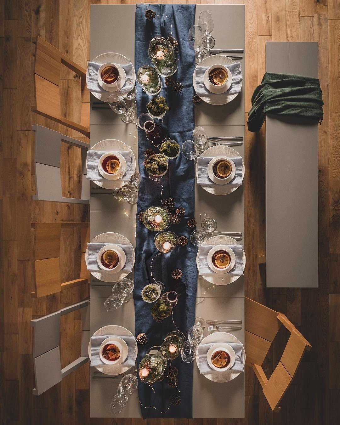 Дорожку можно выбрать любого цвета, дополнить ее гирляндой, шишками и свечами. Романтическое настроение обеспечено.