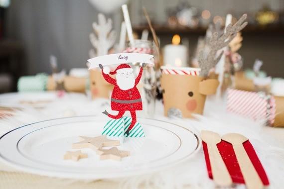 Такой декор вполне реально сделать самостоятельно. Дедов Морозов и оленей вырезать сложнее, а вот с изготовлением звезд справится и ребенок.