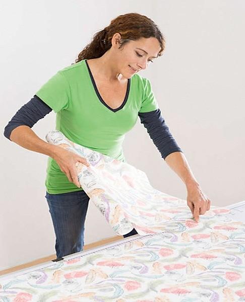 Рулон разрезают на полотна, учитывая подгонку рисунка
