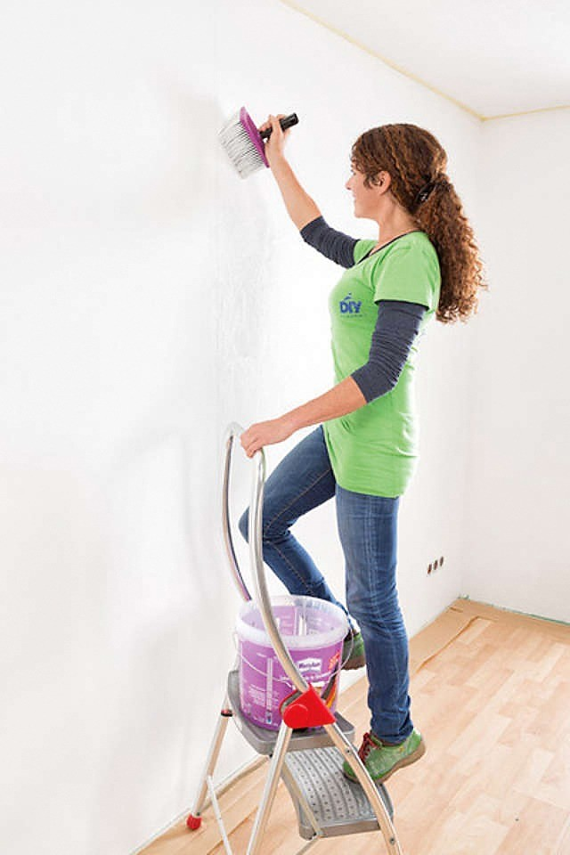 Клеевой раствор равномерно распределяют по поверхности стены