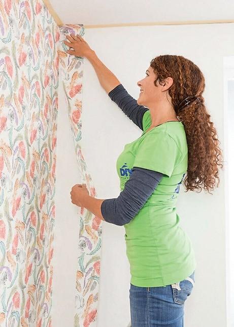 На углах их заводят на смежную стену на 1,5–2 см, излишек отрезают