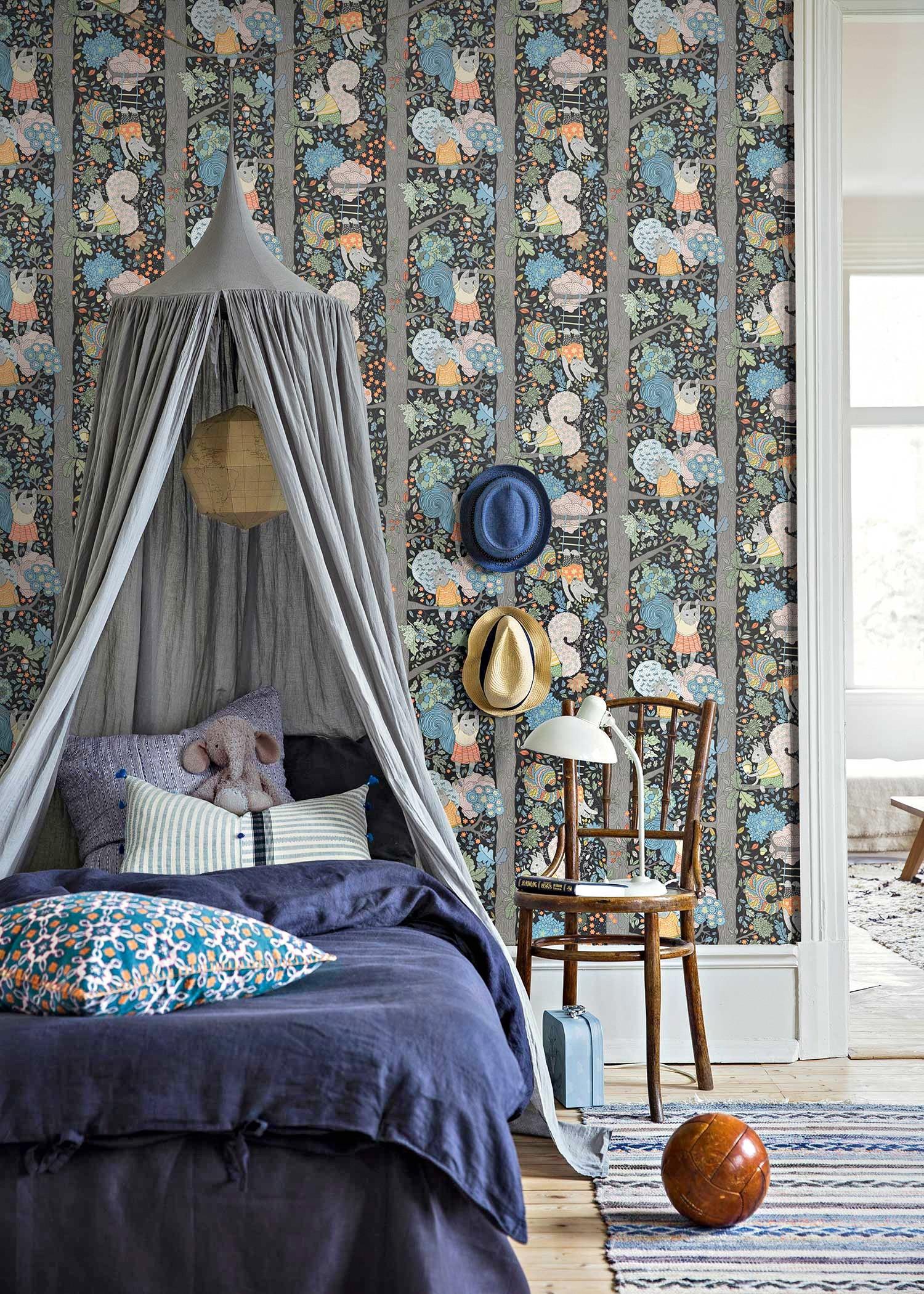Среди модных трендов —крупные орнаменты на обояхи комбинация насыщенных ярких синих и зелёных цветов