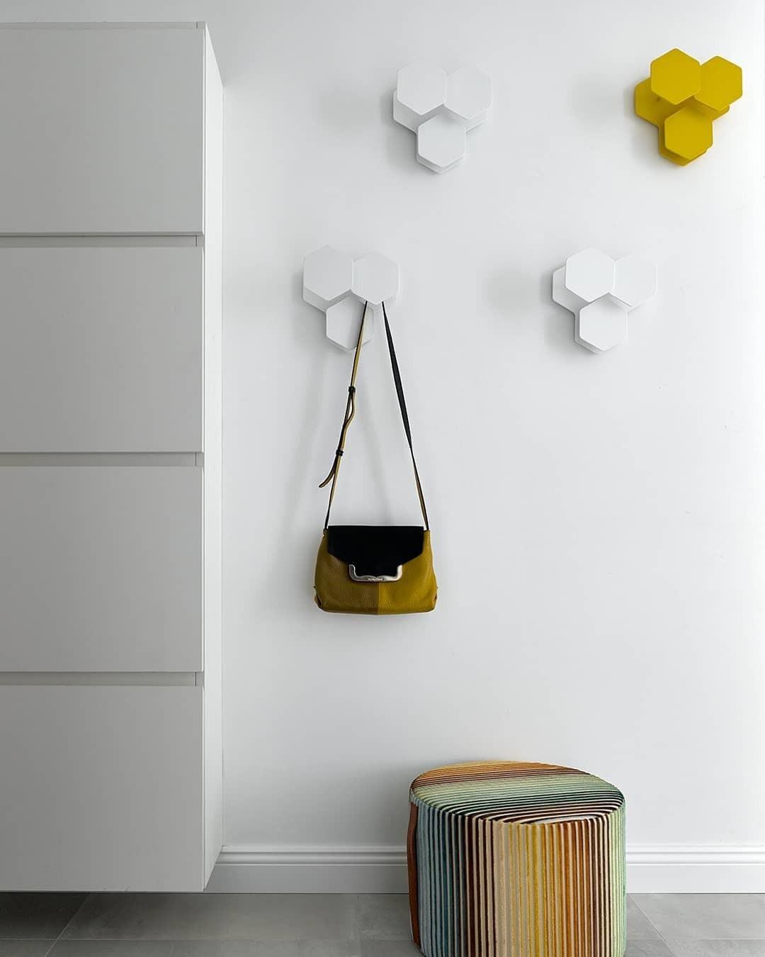«Разбросайте» крючки по стене, чтобы добиться «акцентного» эффекта