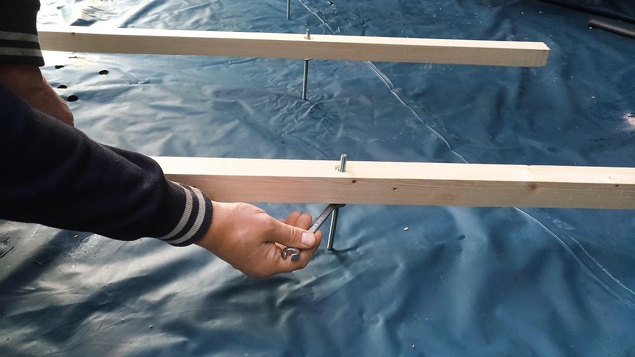просверленные под них отверстия герметизировали полимерной мастикой. (Поскольку под полом планируется проложить канализационную трубу диаметром 50 мм, требуемая длина шпилек составила 185...