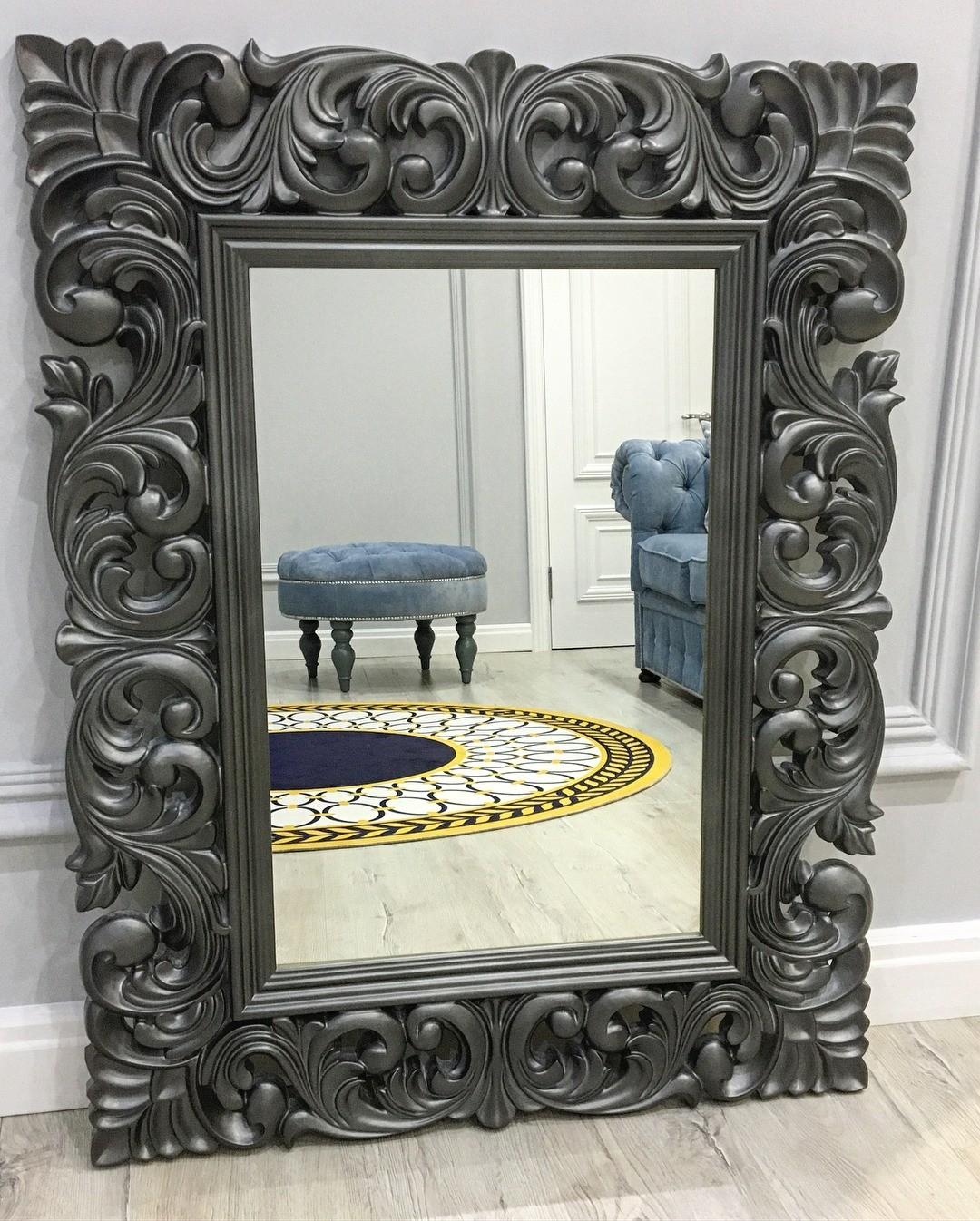 Зеркало в такой массивной раме впишется только в классический интерьер