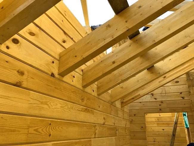Несущую конструкцию крыши так же, как и стены, выполнили из клеёного бруса: многие балки останутся открытыми и будут выполнять декоративную функцию