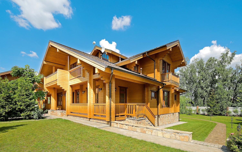 Углы с выпусками украшают брусовой дом и полностью соответствуют традициям деревянного зодчества