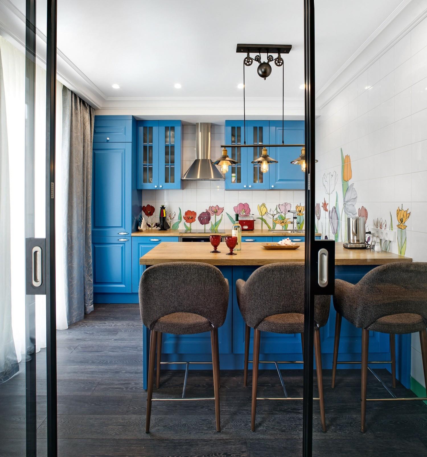 «Цветущая» кухня: лёгкий интерьер в бело-голубой гамме