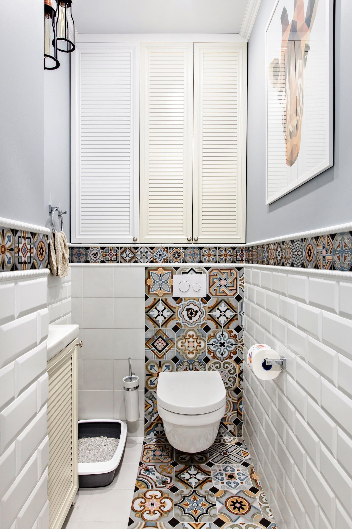 Ванная с синей мебелью и плиткой-пэчворк