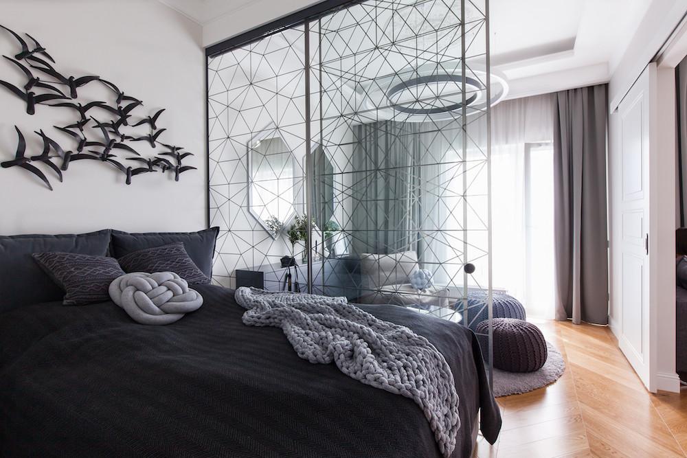 Уютная квартира для девушки: вязаный текстиль, панно с оленем и стая птиц на стене