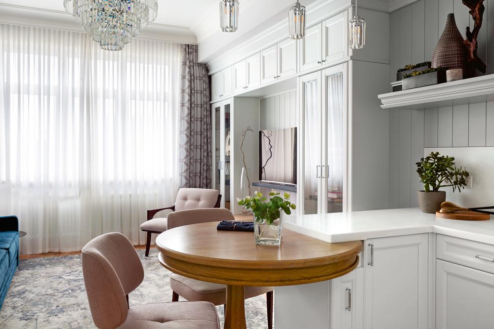 Классический интерьер с белыми стенами: комфорт и лёгкое праздничное настроение