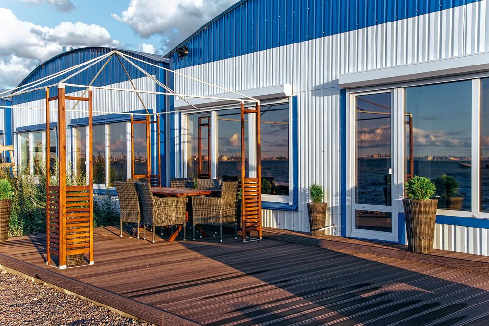 Лодочный гараж, переоборудованный в стильный дом для отдыха
