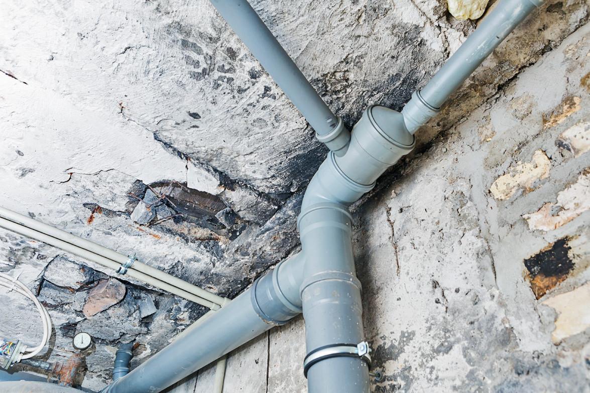 Неприятные запахи от канализации: почему они появляются и как их устранить?