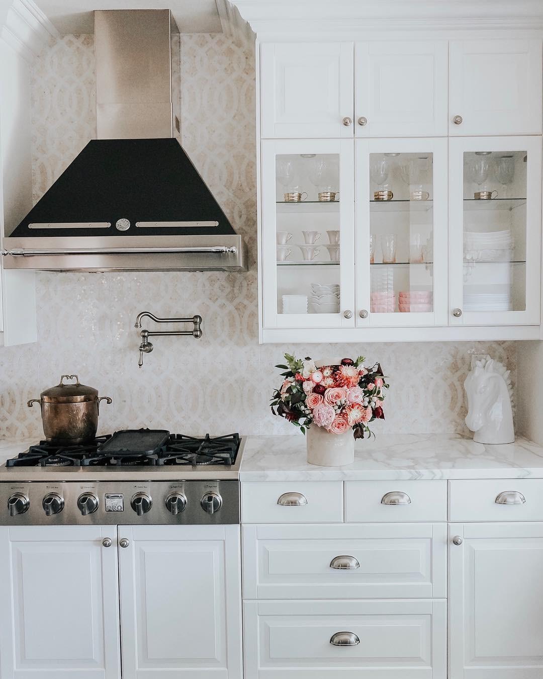 Белая кухня в современном стиле: 11 примеров дизайна, которые вас очаруют