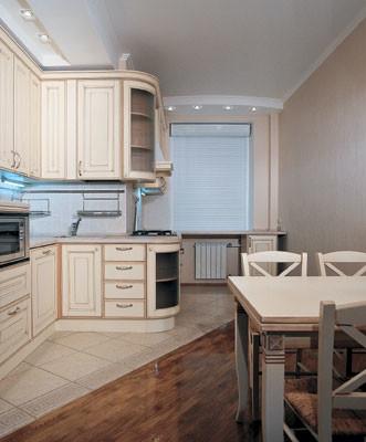 Благодаря сочетанию двух различных напольных покрытий (плитки  и паркета), пространство делится на две зоны<nbsp/>-  приготовления пищи и столовую