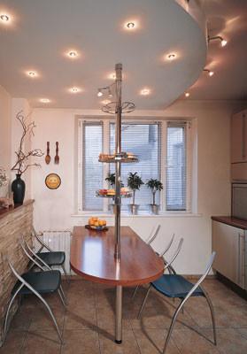 Окно кухни, единственный источник естественного освещения, подверглось серьезной модернизации. Деревянная конструкция была заменена пластиковым стеклопакетом, а традиционные шторы<nbsp/>-  популярными сегодня жалюзи
