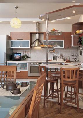 Композиционным центром гостиной является обеденная группа от компании  CALLIGARIS<nbsp/>-  стол  со стеклянной столешницей (модель Enterprise)  и стулья (коллекция America).  За раздвижным столом есть место и для гостей дома