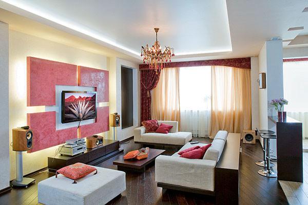 В гостиной строгое сочетание светлых тонов (мягкая мебель и стены) с темными (поверхность деревянного пола, корпусная мебель) изящно дополняет изысканный хрустальный подвесной светильник