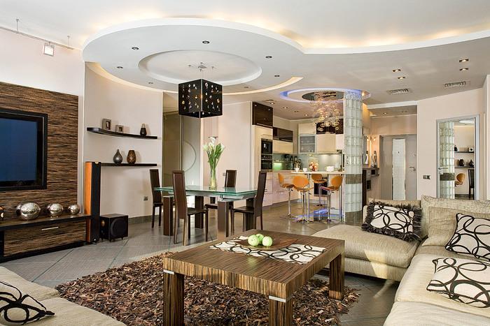 Гостиная рассчитана на прием большого количества гостей<nbsp/>- они часто собираются в этом гостеприимном доме. Именно поэтому полы не только во входной зоне, но и во всей