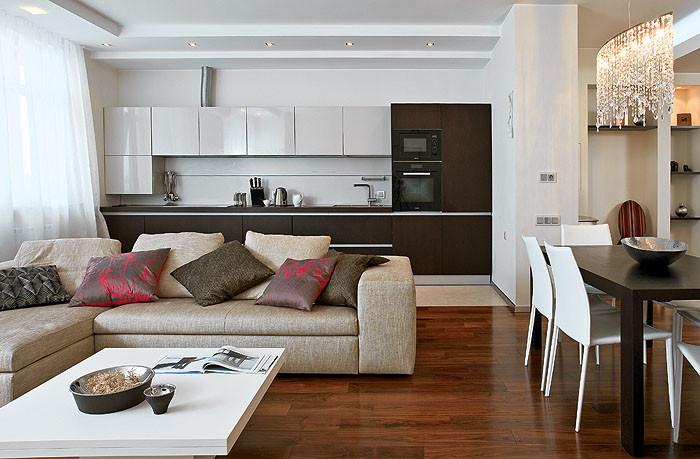 L-образно скомпонованные темные и светлые фасады кухни образуют строгую графичную композицию