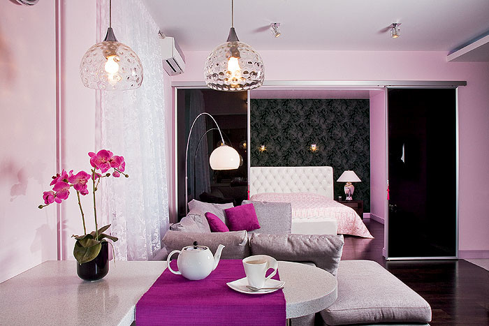 Комфортный микроклимат в квартире поддерживает сплит-система с режимом теплового насоса. Она способна не только охлаждать, но и обогревать помещение. Внешний блок разместили на стене неостекленного балкона, чтобы было удобнее осуществлять его сервисное обслуживание