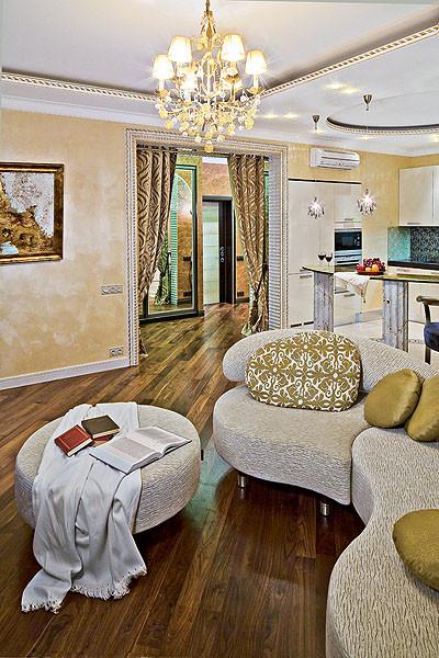 В гостиной установлен большой удобный диван-трансформер