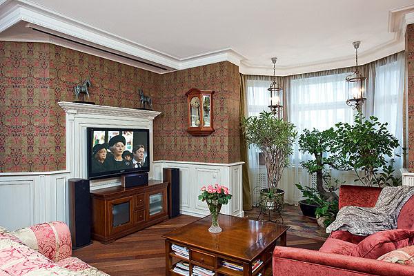 В гостиной свет приглушенный: здесь по желанию владельца не стали делать потолочные светильники, чтобы они не
