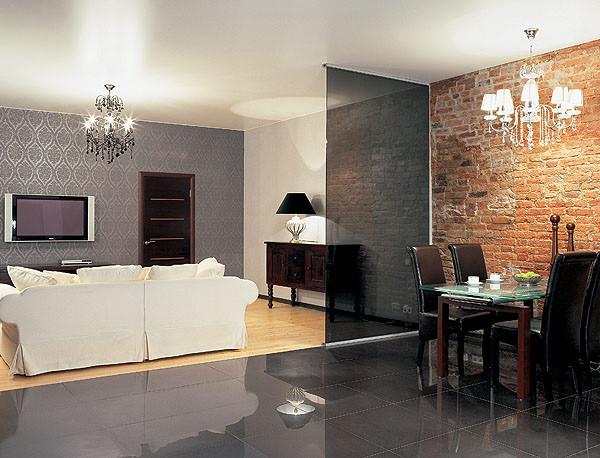 Интерьер общественной зоны построен на выразительном контрасте монохромных глянцевых и матовых поверхностей, современных и винтажных деталей