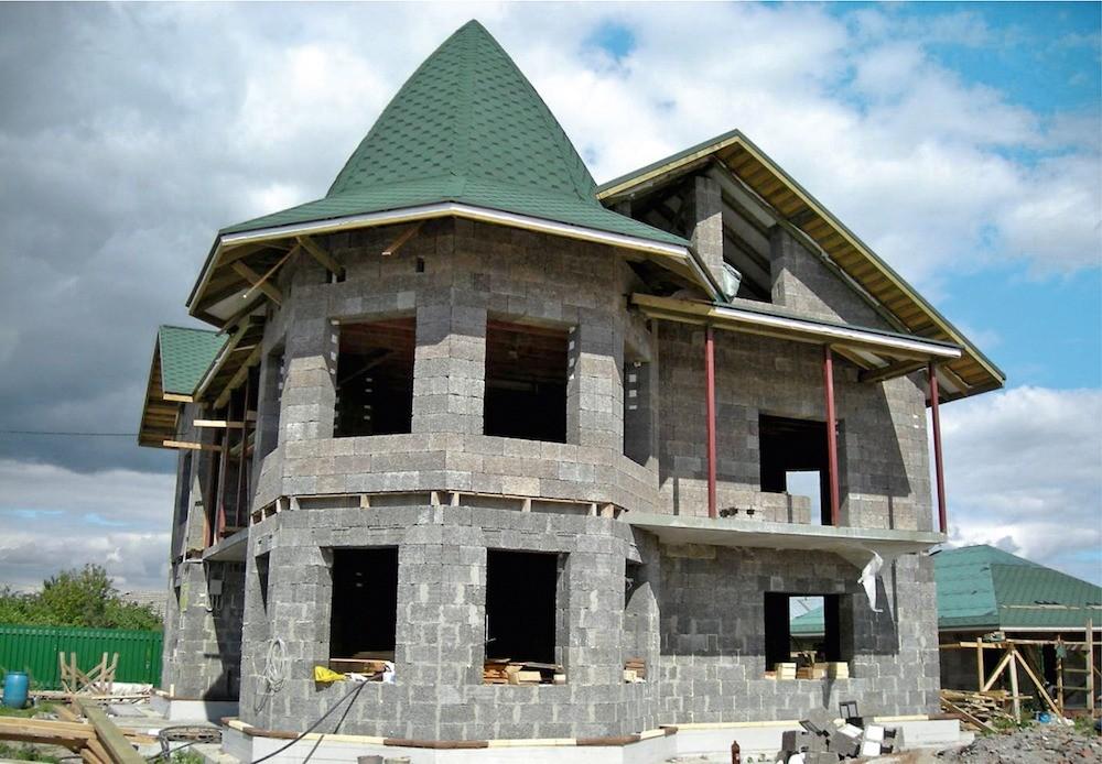 При строительстве изарболита некоторые силовые и декоративные элементы могут  выполняться из кирпича и монолитного бетона.