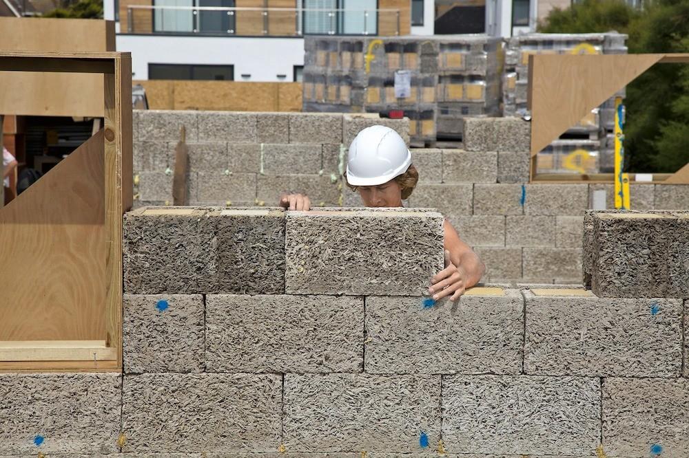 Сегодня под брендом Durisol производят пустотные утеплённые блоки  для бесшовной кладки.