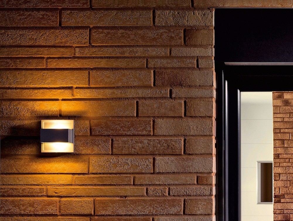 Стены из арболита можно оштукатурить иоблицевать клинкером или натуральным камнем, но навесной вентилируемый фасад  надёжнее игораздо менее трудоёмок.