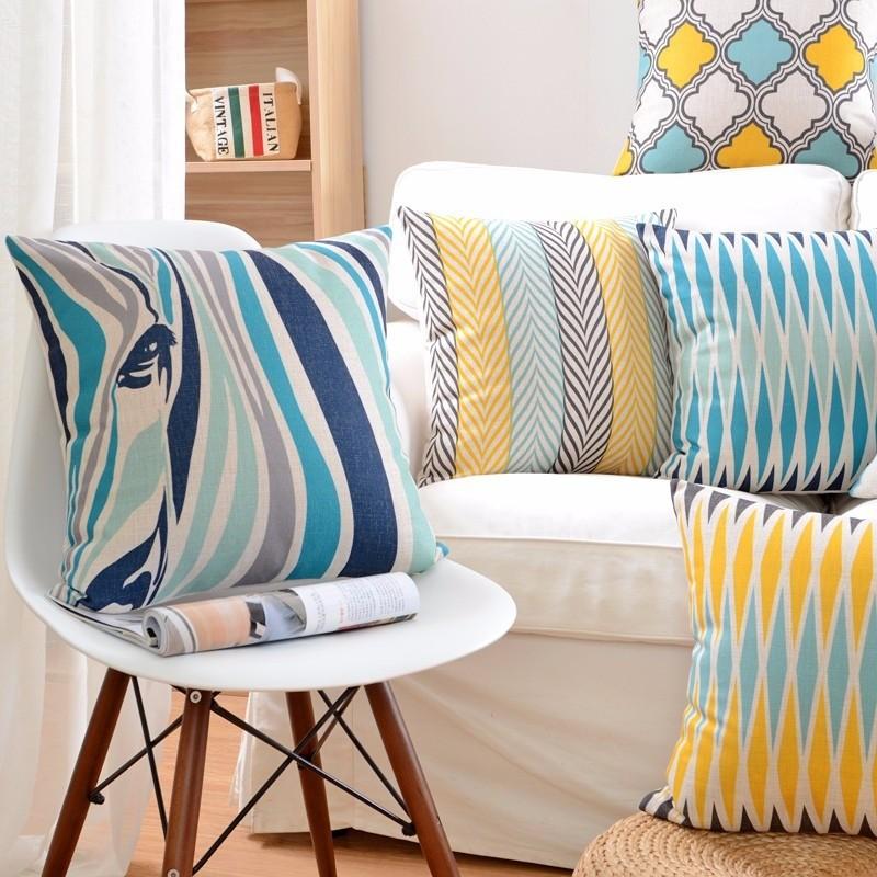 Декоративная подушка с принтом зебры