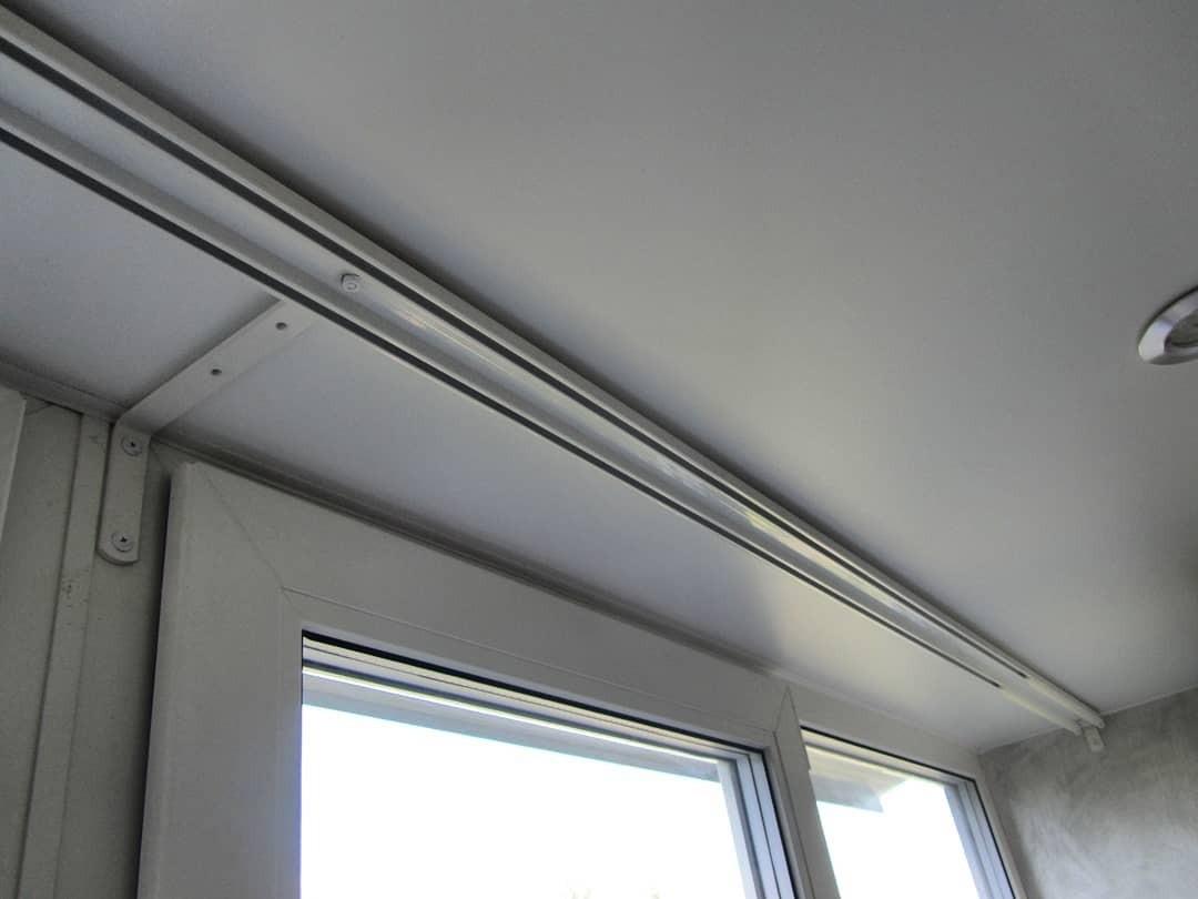 Как крепить карниз к натяжному потолку: 4 универсальных способа монтажа