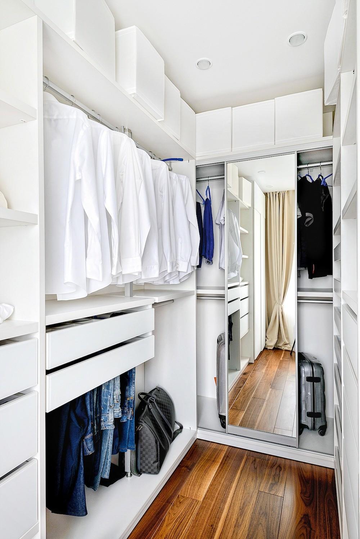 Хозяин квартиры ценит идеальный порядок, и для каждой вещи в системе хранения предусмотрели соответствующее место