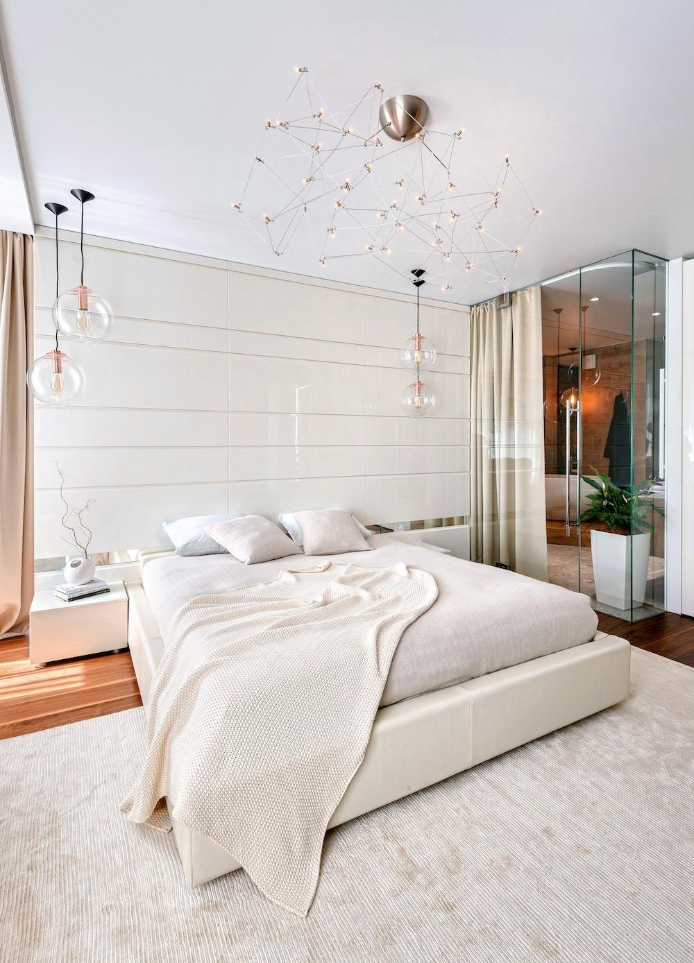 Прозрачный угол ванной комнаты можно полностью скрыть за занавесями, как и двери в спальню. Воздушные светильники соответствуют зоне сна