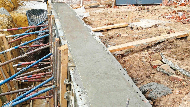 Поскольку схватывание бетона происходит вприсутствии воды, то, на период первоначального набора прочности, бетон необходимо защищать от промерзания, утеплив опалубку ипрогревая бетон