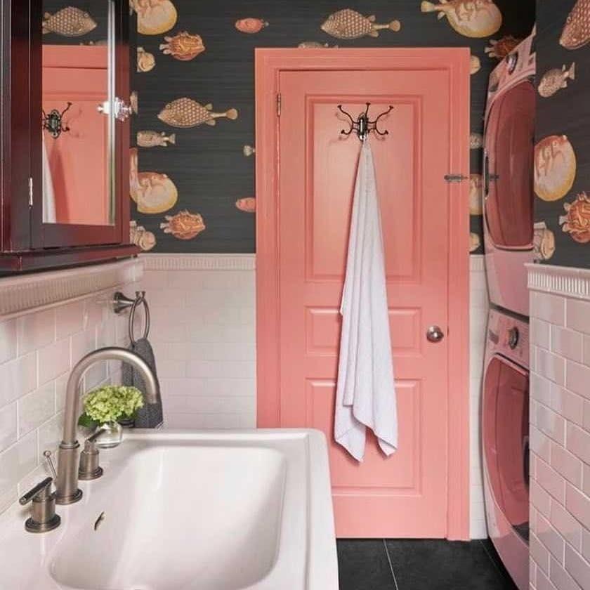 В этой ванной акцентной сделали дверь — и пространство сразу стало дружелюбным, необычным и солнечным. Морская тема при этом продолжена обоями в верхней части стен. Легкая идея для преобр...