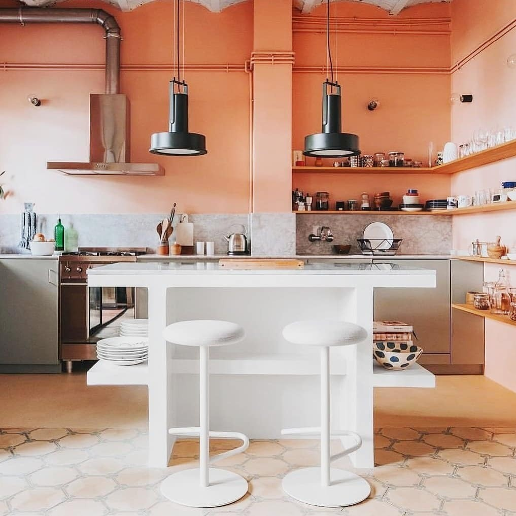 Пространство над кухонным фартуком меньше подвержено загрязнениям, и его спокойно можно окрашивать в светлые цвета. Кухня заиграет новыми красками.