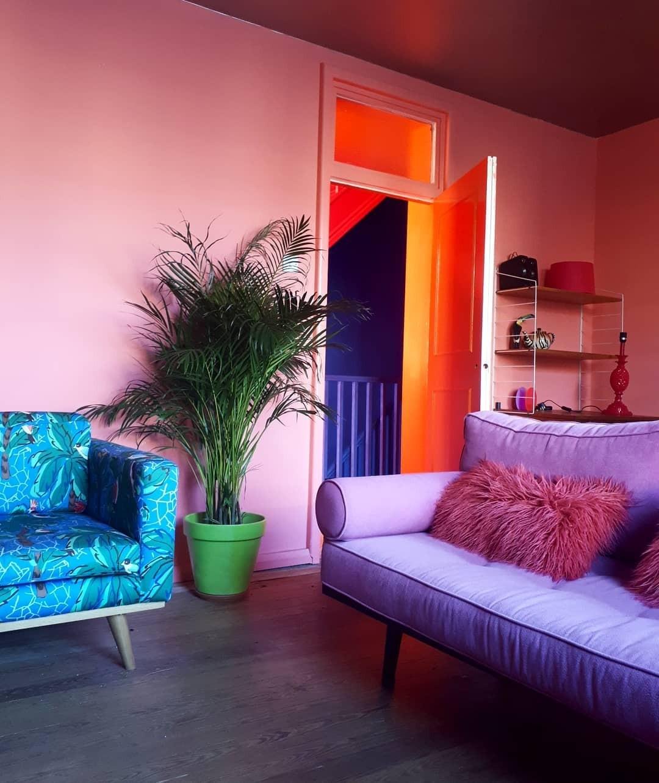 Как видно на фото, коралловый отлично сочетается с фиолетовым, ярко-голубым и живыми растениями. Отличный вариант молодежной гостиной, в которую приятно приводить друзей.