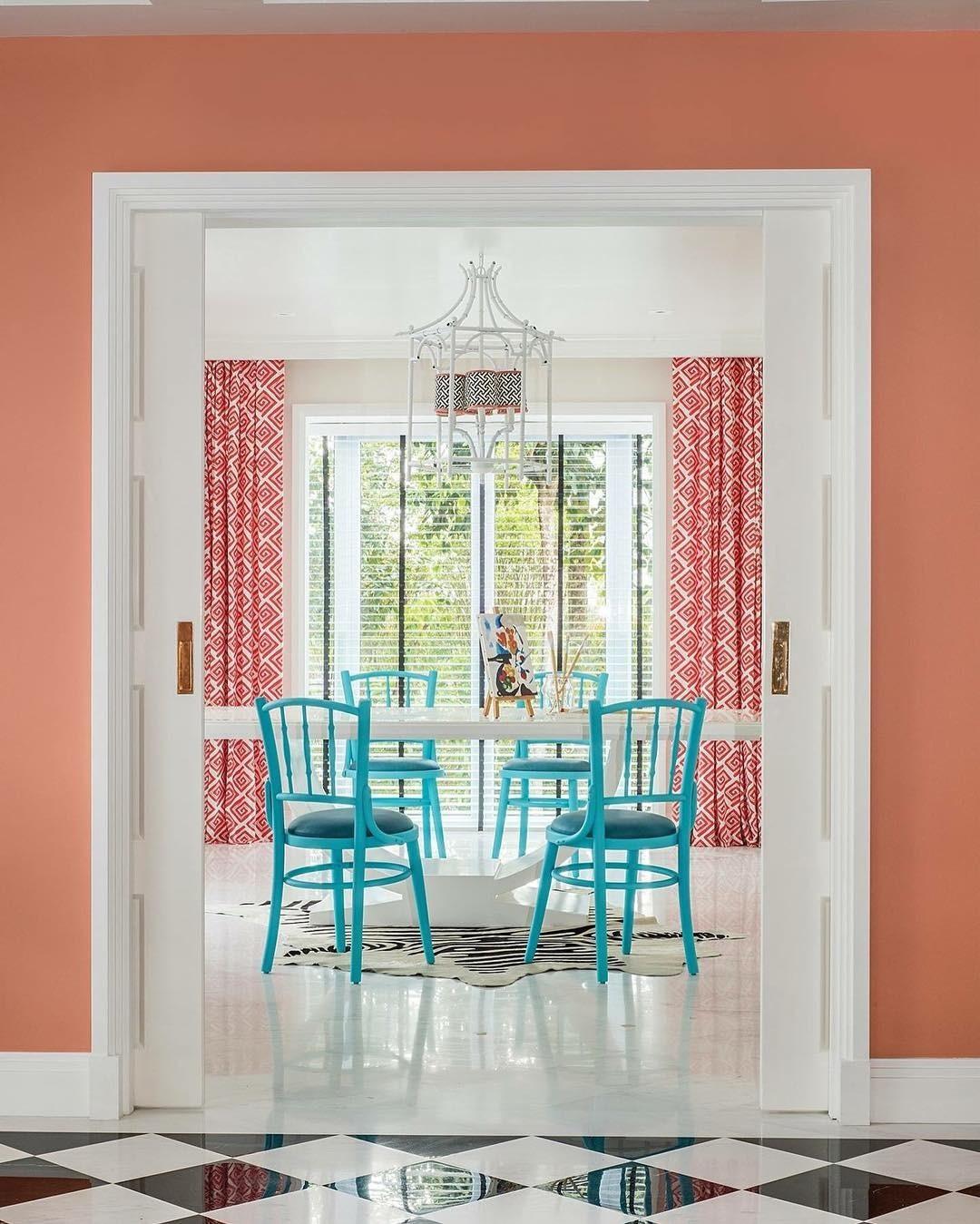 Наш неординарный цвет отлично сочетается не только с синим, но и с бирюзовым, а белый создает идеальную раму для этих двух сложных оттенков.